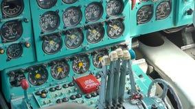 Internationaler Flughafen Kiews Im Cockpit des Flugzeugs anstelle der Piloten stock video