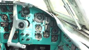 Internationaler Flughafen Kiews Im Cockpit des Flugzeugs anstelle der Piloten stock video footage