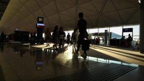 Internationaler Flughafen, Leute, die mit Koffer in angekommenem Anschluss reisen stock video