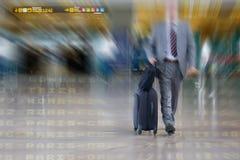 Internationaler Geschäftsmann im Flughafen Lizenzfreie Stockbilder