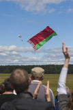 Internationaler Parachuter's Team Performing in einer Luft beim Abwickeln der Staatsflagge des Republik Belarus Stockfotos