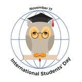 Internationaler Studenten ` Tag Eule in einer Staffelungskappe und in einem scro Lizenzfreie Stockfotos