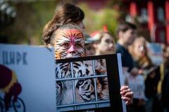 Internationaler Zirkustag Aktivisten protestiert gegen Ausnutzung die Tiere stockfotografie