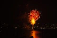 Internationales Feuerwerks-Festival Pattayas auf dem Meer stockfotografie