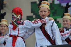 Internationales Folklore-Festival: Rumänische Kindertänzer in den traditionellen Kostümen stockbilder