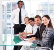 Internationales Geschäftsteam, das an der Kamera lächelt Stockfotografie