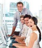Internationales Geschäftsteam, das zusammenarbeitet Lizenzfreie Stockfotos