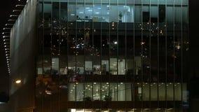 Internationales Geschäftszentrum, Arbeiten 24 Stunden Hohes Gebäude, Bürolichter am Abend stock video footage
