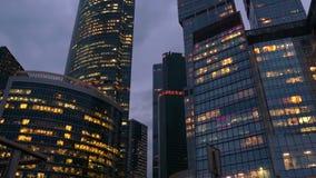 Internationales Geschäftszentrum, Arbeiten 24 Stunden Hohes Gebäude, Bürolichter am Abend stock footage