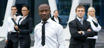 Internationales Geschäftsteam mit einem Mann in der Frontseite Stockfotografie