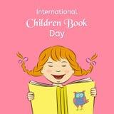 Internationales Kinderbuch-Tageskonzept Lachendes Mädchen liest ein Buch Auch im corel abgehobenen Betrag Verwendbar für Design,  Lizenzfreies Stockbild