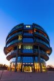 Internationales Neurologie-Institut in Hannover, Deutschland, nachts lizenzfreies stockbild