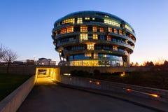 Internationales Neurologie-Institut in Hannover, Deutschland, nachts lizenzfreies stockfoto