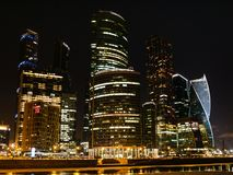 Internationell affärsmitt för Moskva på natten arkivbild