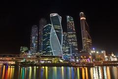 Internationell affärsmitt för Moskva vid natt Arkivfoto