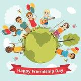 Internationell dag av kamratskap Vektorillustration för ferie Barnhållhänder och leende stock illustrationer