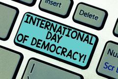 Internationell dag för handskrifttext av demokrati Begreppsbetydelse som runt om världen firar tangentbordtangent för rösträtter arkivbild
