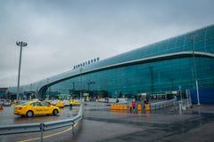 Internationell Domodedovo flygplatsbyggnad på att regna dag i Moskva, Ryssland royaltyfri foto
