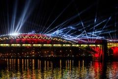 Internationell festivalcirkel av ljus Laser-video som kartlägger show på bron i Moskva, Ryssland Royaltyfri Foto