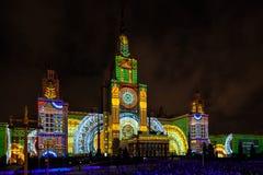 Internationell festivalcirkel för Moskva av ljus 3D som kartlägger show på Moskvadelstatsuniversitetet Royaltyfri Fotografi