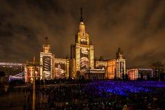 Internationell festivalcirkel för Moskva av ljus 3D som kartlägger show på Moskvadelstatsuniversitetet Arkivbilder