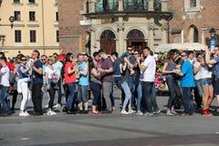 Internationell Flashmob dag av Rueda de Kasino, 57 länder, 160 städer Flera hundra personer dansar latinamerikanska rytmer på Mai Arkivfoto