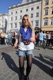 Internationell Flashmob dag av Rueda de Kasino, 57 länder, 160 städer Flera hundra personer dansar latinamerikanska rytmer på Mai Royaltyfria Bilder