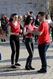 Internationell Flashmob dag av Rueda de Kasino, 57 länder, 160 städer Flera hundra personer dansar latinamerikanska rytmer på Mai Arkivbilder