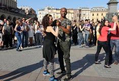 Internationell Flashmob dag av Rueda de Kasino, 57 länder, 160 städer Flera hundra personer dansar latinamerikanska rytmer på Mai Royaltyfri Bild