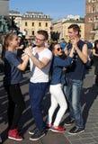 Internationell Flashmob dag av Rueda de Kasino, 57 länder, 160 städer Flera hundra personer dansar latinamerikanska rytmer på mod Arkivbild