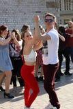 Internationell Flashmob dag av Rueda de Kasino, 57 länder, 160 städer Flera hundra personer dansar latinamerikanska rytmer på mod Royaltyfria Foton