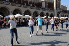 Internationell Flashmob dag av Rueda de Kasino, 57 länder, 160 städer Flera hundra personer dansar latinamerikanska rytmer på mod Arkivfoto