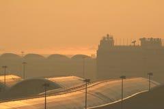Internationell flygplats för Hk med flygplan i flygfältet Arkivfoto