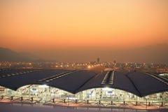 Internationell flygplats för Hk på aftonen Arkivfoto