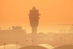 Internationell flygplats för Hk på aftonen Royaltyfria Bilder