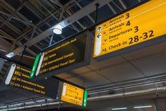 Internationell flygplats Schiphol med moderna ankomster och på engelska avvikelsetecken arkivfoto