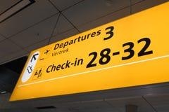 Internationell flygplats Schiphol med moderna ankomster och på engelska avvikelsetecken royaltyfria bilder