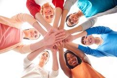 Internationell grupp av kvinnor med händer tillsammans arkivfoto