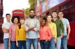 Internationell grupp av lyckligt folk i london Arkivfoton