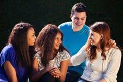Internationell grupp av vänner som påverkar varandra Royaltyfri Bild