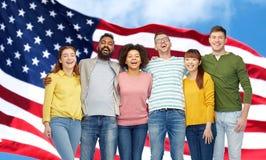Internationell grupp människor över amerikanska flaggan arkivfoto
