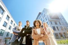 Internationell grupp människor på stadsgatan royaltyfri foto