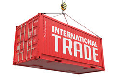 Internationell handel - röd hängande lastbehållare royaltyfri foto