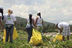 Internationell kust- rengöringsdagaktivitet i den LaGuaira stranden, Vargas statliga Venezuela royaltyfri foto