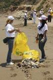 Internationell kust- rengöringsdagaktivitet i den LaGuaira stranden, Vargas statliga Venezuela royaltyfria bilder