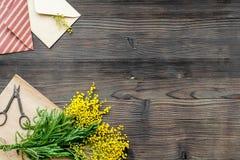 Internationell kvinnadag för begrepp med bästa sikt blommaför träbakgrund Royaltyfri Fotografi