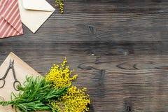Internationell kvinnadag för begrepp med bästa sikt blommaför träbakgrund Fotografering för Bildbyråer