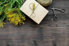 Internationell kvinnadag för begrepp med bästa sikt blommaför träbakgrund Royaltyfri Bild