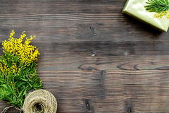 Internationell kvinnadag för begrepp med bästa sikt blommaför träbakgrund Royaltyfria Foton