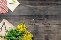 Internationell kvinnadag för begrepp med bästa sikt blommaför träbakgrund Royaltyfria Bilder